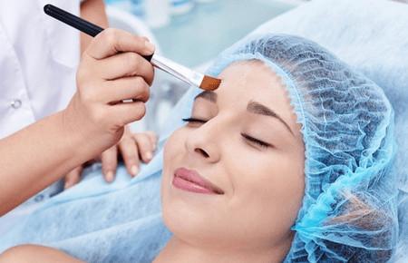 Что лучше: пилинг или чистка лица у косметолога?